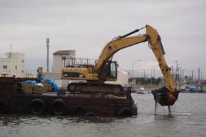 上磯漁港外道単整備工事(浚渫) 浚渫 施工状況