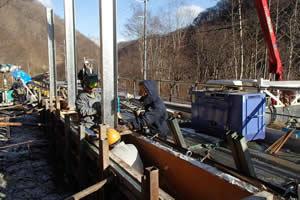 函館南茅部線(B地-458)工事1工区 落石防護柵支柱建込状況